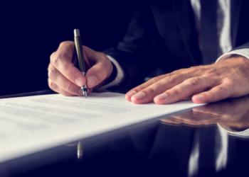 abogado escribiendo